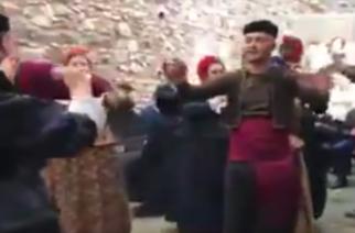 """Εβρίτες χορεύουν και τραγουδούν την """"Καραγατσιανή"""" στην καρδιά της Κωνσταντινούπολης"""