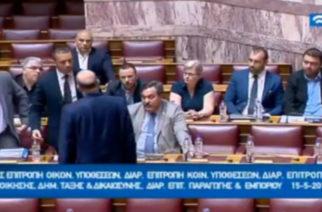 Πλάκωσε στο ξύλο ο Κασιδιάρης τον Δένδια μέσα στη Βουλή (video)