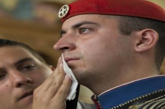 Η φωτογραφία του δακρυσμένου εύζωνα κάνει τον γύρο του κόσμου!