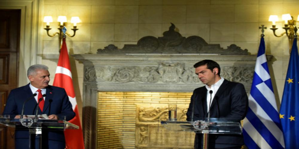 Προκλητικός ο Τούρκος Πρωθυπουργός μπροστά στον Τσίπρα για τους 8 στρατιωτικούς