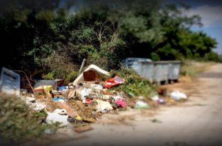 Απαράδεκτη η κατάσταση με τα σκουπίδια στην παραλία Δικέλλων