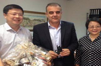 Με δώρο ένα καλάθι τοπικών προϊόντων υποδέχθηκε τον Κινέζο πρέσβης ο δήμαρχος Σαμοθράκης