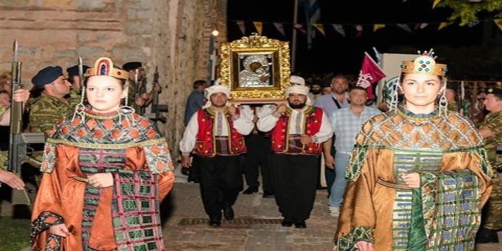 Πλαισιωμένη φέτος από δυο Αυτοκρατορικές Βυζαντινές φορεσιές η εικόνα της Παναγίας Κοσμοσώτειρας. Γιατί;