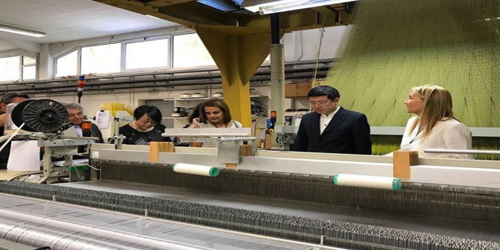 Η Μαρέβα Μητσοτάκη ξενάγησε τον Κινέζο Πρέσβη σε εργοστάσιο παραγωγής μεταξωτών