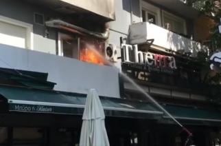"""ΣΥΜΒΑΙΝΕΙ ΤΩΡΑ: Φωτιά στο καφέ """"Thema"""" στο κέντρο της Αλεξανδρούπολης (video)"""