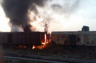Αλεξανδρούπολη: Λαμπάδιασαν παρατημένα βαγόνια του ΟΣΕ από πυρκαγιά(video+φωτό)