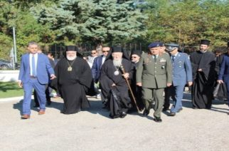Ο Διοικητής της 1ης Στρατιάς Στρατηγός Ζερβάκης, ψάλει τον εθνικό ύμνο δίπλα στον Πατριάρχη