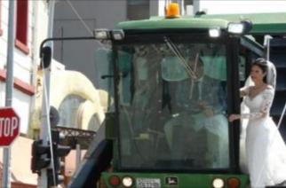 ΦΟΒΕΡΟ video: Νύφη πήγε με βαμβακοσυλλεκτική μηχανή στην εκκλησία σήμερα στην Κομοτηνή