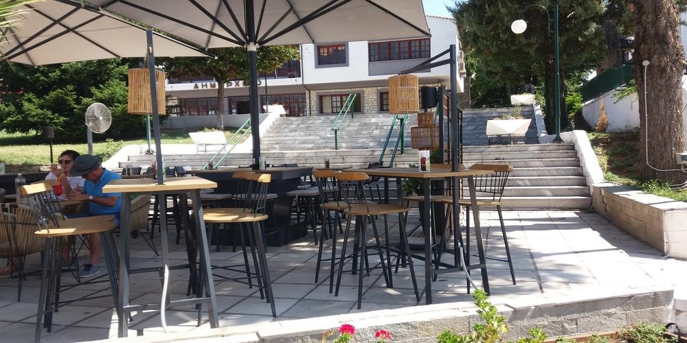Πανελλήνια πρωτοτυπία: Χωρίς επίσημη είσοδο το δημαρχείο λόγω… Κτηματικής Εταιρείας και καφετέριας