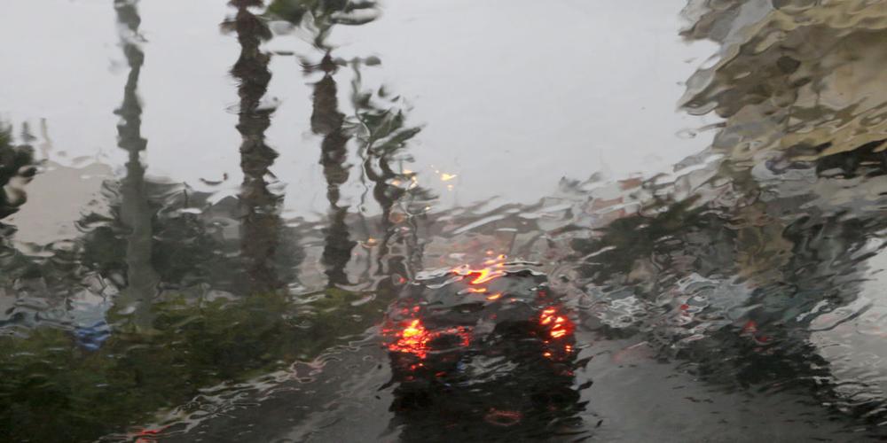 Βροχή μέσα από τζάμι αυτοκινήτου στο Ηράκλειο Κρήτης , Τρίτη 10 Φεβρουαρίου 2015. Χαμηλές θερμοκρασία, θυελλώδεις άνεμοι, καταιγίδες και χιονοπτώσεις πλήττουν την Κρήτη με την κακοκαιρία να επελαύνει σε ολόκληρη τη χώρα . Η κακοκαιρία έκανε την εμφάνιση της με έντονες βροχοπτώσεις και ισχυρούς ανέμους και στην πόλη του Ηρακλείου που προκάλεσαν ζημιές και πτώσεις δέντρων. ΑΠΕ ΜΠΕ/ΑΠΕ ΜΠΕ/ΣΤΕΦΑΝΟΣ ΡΑΠΑΝΗΣ