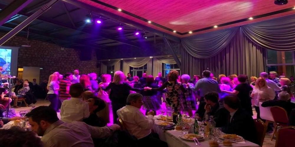 Ο μοναδικός ζωναράδικος των Πετριωτών και το γλέντι στον ετήσιο χορό τους (video)