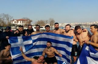 Οι Εβρίτες βούτηξαν στον παγωμένο Βόσπορο και σήκωσαν την ελληνική σημαία στην Κωνσταντινούπολη