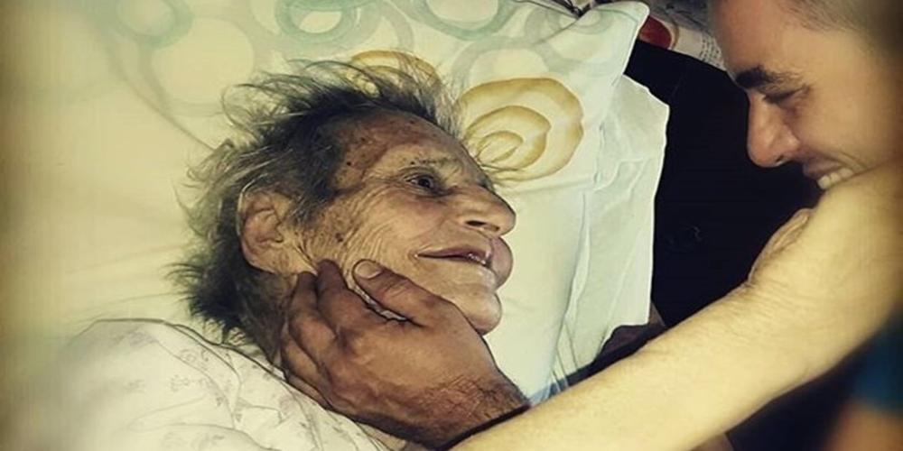 """Ο συγκινητικός αποχαιρετισμός του Πέτρου Πολυχρονίδη στη Βυσιώτισσα γιαγιά του Λαμπρινή που """"έφυγε"""""""