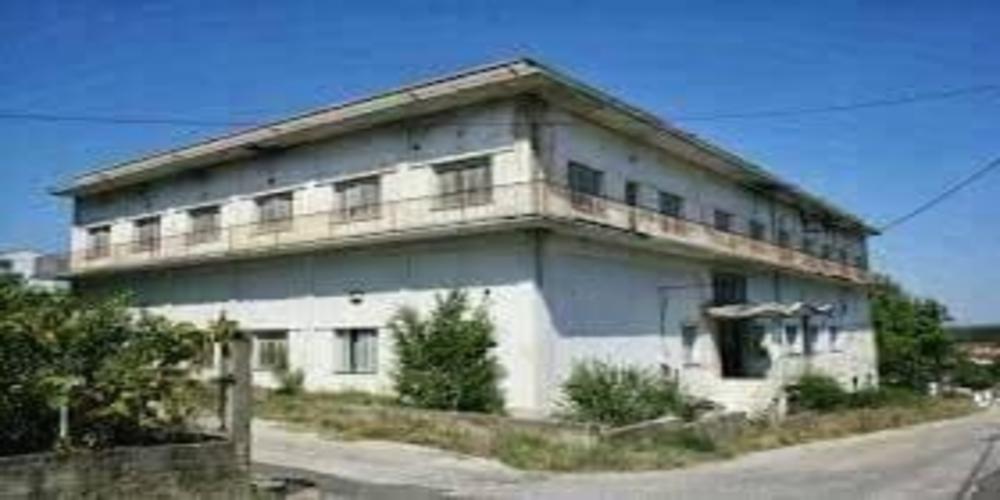 Δίκαια Τριγώνου: Παρατημένο και αναξιοποίητο, καταστρέφεται το κτίριο ιδιοκτησίας της Μητρόπολης