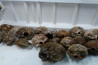 Αλεξανδρούπολη: Ψάρεψε… αρχαίους αμφορείς και τους παρέδωσε στο Λιμεναρχείο