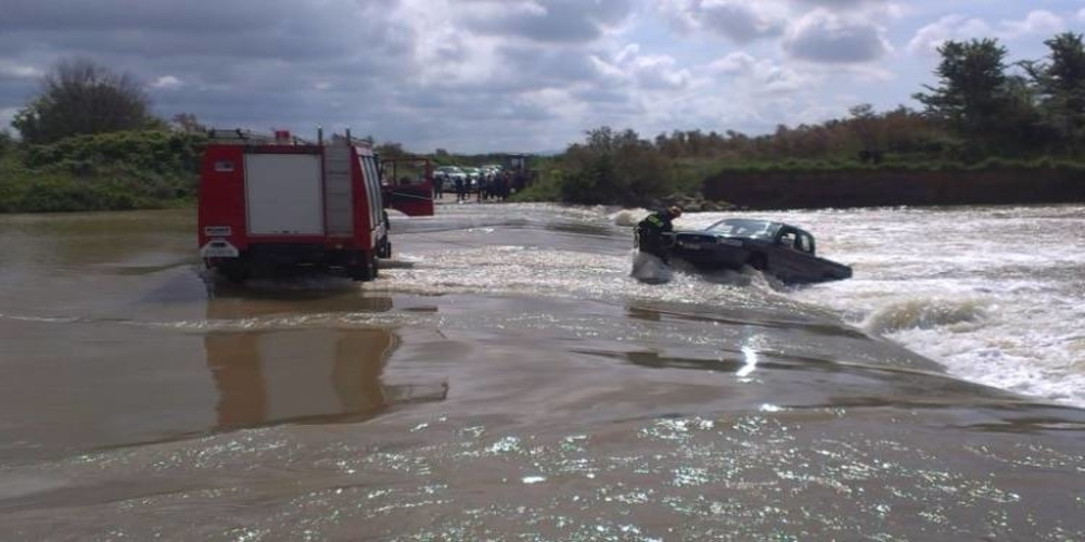 ΣΥΜΒΑΙΝΕΙ ΤΩΡΑ: Επιχείρηση από αστυνομία-Πυροσβεστική διάσωσης λαθρομεταναστών που παρασύρθηκαν από ρέμα