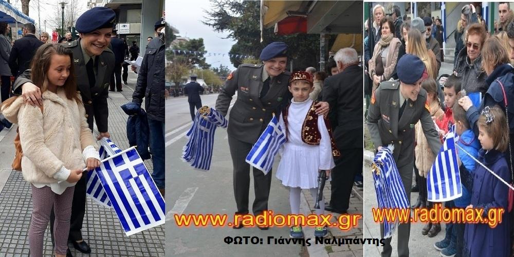 Αλεξανδρούπολη: Ελληνικές σημαίες μοίραζε σήμερα η πανέμορφη Λοχίας που πέρυσι συγκίνησε το Πανελλήνιο
