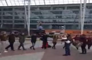 Οι Σουφλιώτες ξεσήκωσαν με ζωναράδικο και γκάιντα το αεροδρόμιο του Μονάχου (video)