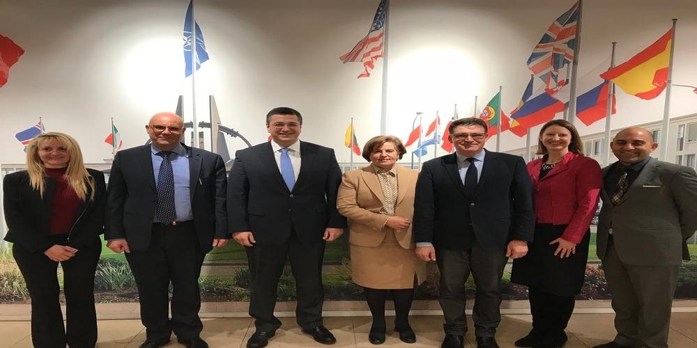 Επισκέψεις Πέτροβιτς στην Αμερικανική πρεσβεία της Αθήνας και την έδρα του ΝΑΤΟ στις Βρυξέλλες