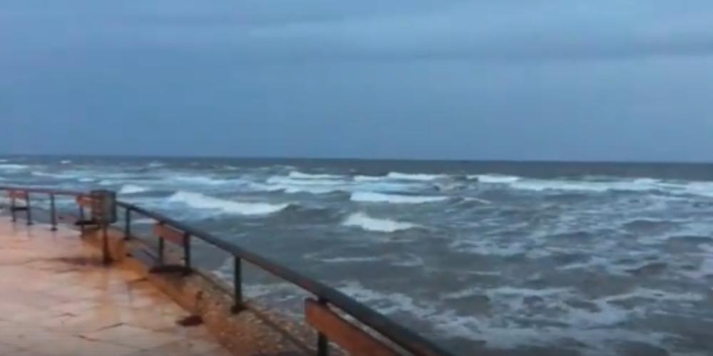 Δυνατοί άνεμοι στην Αλεξανδρούπολη. Σήκωσε κύμα η θάλασσα (video)