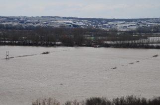 Ξεπέρασε τα όρια συναγερμού η στάθμη στον Έβρο. Τεχνητή πλημμύρα στο Πύθιο-Άνοιξαν τα θυροφράγματα