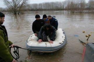Τέσσερις νεαροί διακινητές συνελήφθησαν να μεταφέρουν λαθρομετανάστες με πλαστικές βάρκες απ' την Τουρκία