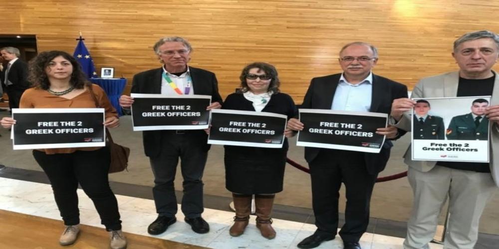Σήκωσαν φωτογραφίες των δυο Ελλήνων στρατιωτικών στο Ευρωκοινοβούλιο