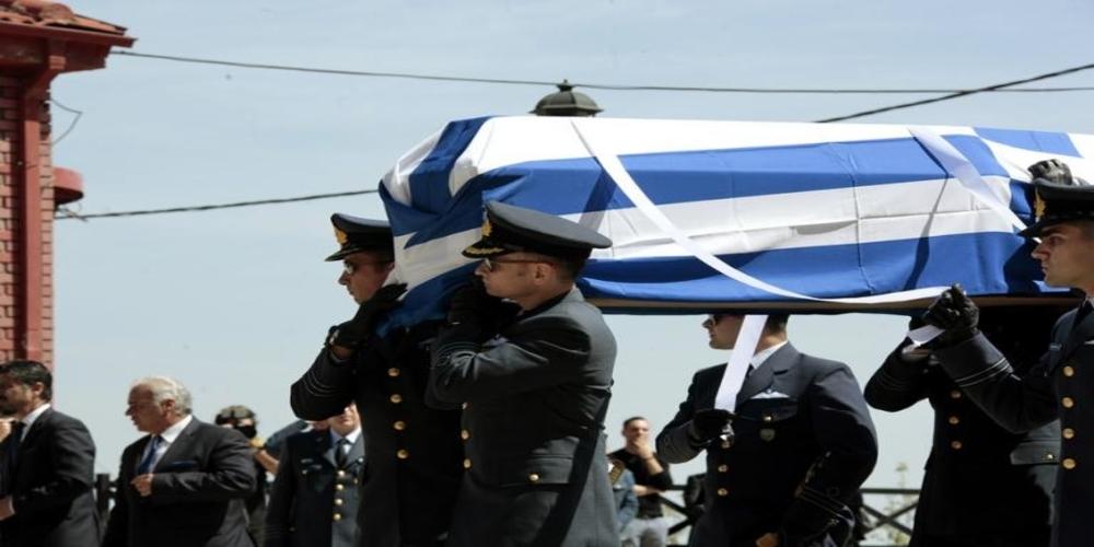 """Η Ελλάδα """"αποχαιρέτησε"""" τον ήρωα πιλότο Γιώργο Μπαλταδώρο. Σπαρακτικές στιγμές στην κηδεία του (ΒΙΝΤΕΟ+φωτό)"""