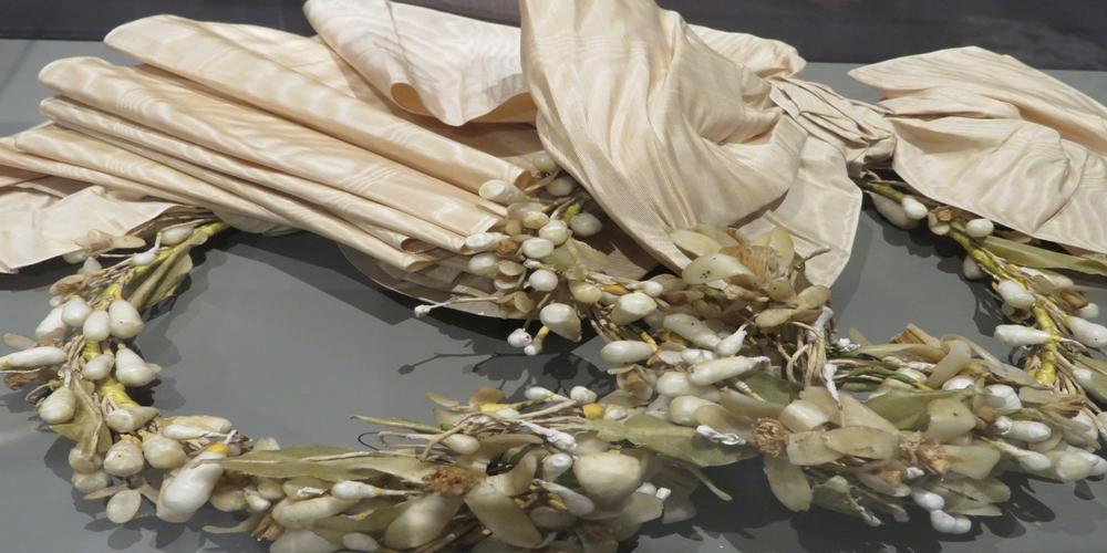 «Στέφανα γάμου από κουκούλια»  στο Μουσείο Μετάξης