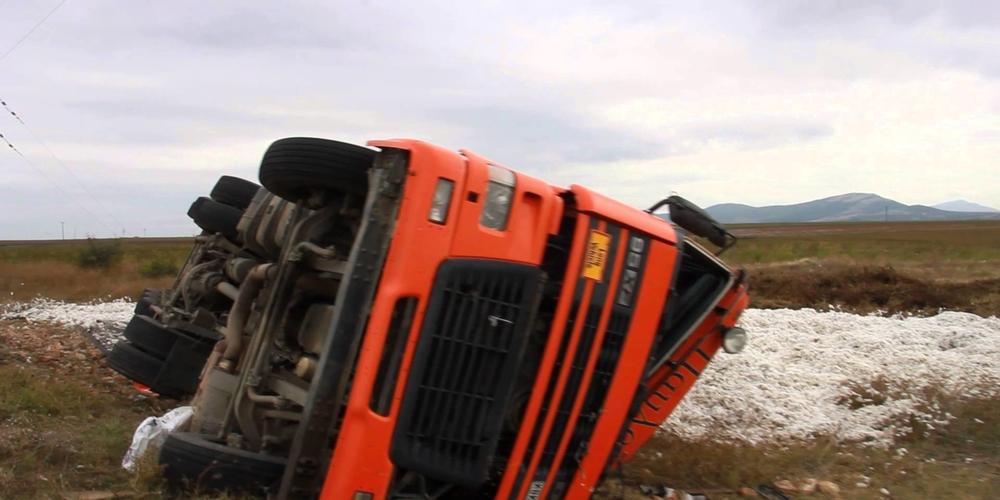 ΠΡΙΝ ΛΙΓΟ: Ανατροπή φορτηγού στο δρόμο Λάδη-Κυπρίνος. Η κατάσταση του οδηγού