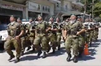 """ΜΠΡΑΒΟ ΠΑΙΔΙΑ: Οι στρατιώτες στη Δράμα τραγουδούν το """"Μακεδονία ξακουστή"""" στη χθεσινή παρέλαση"""