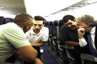 """ΒΙΝΤΕΟ μέσα στο αεροσκάφος: Μητρετώδης εξηγεί σε Κατρούγκλο, υπαρχηγό ΓΕΕΘΑ – """"Έτσι μας συνέλαβαν"""""""