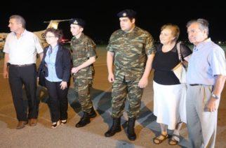 Στην Ελλάδα οι δύο Έλληνες στρατιωτικοί και στην αγκαλιά των γονιών τους