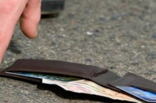 ΜΠΡΑΒΟ: Βρήκε πορτοφόλι με 3.200 ευρώ στο Διδυμότειχο και το παρέδωσε στην αστυνομία.