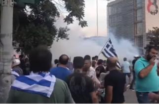 ΑΓΡΙΑ ΕΠΕΙΣΟΔΙΑ στη Θεσσαλονίκη. Χειροβομβίδες κρότου, λάμψης και χημικά κατά  πάντων απ' την αστυνομία (ΒΙΝΤΕΟ)