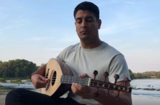 """ΒΙΝΤΕΟ: Ο συντοπίτης μας Σταύρος Χαλιαμπάλιας ερμηνεύει """"Άμα δε σε δω"""" στις όχθες του Άρδα"""