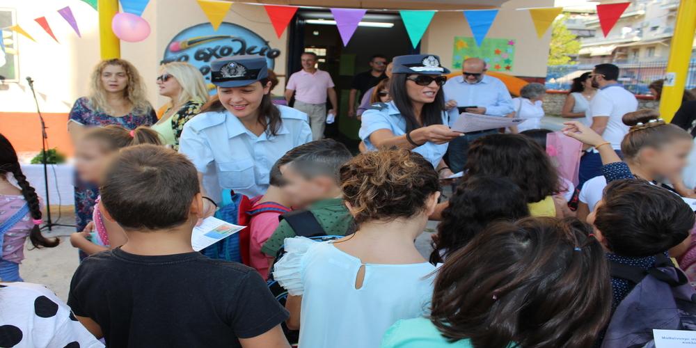 Αστυνομικοί μοίρασαν ενημερωτικά φυλλάδια κυκλοφοριακής αγωής σε μαθητές του Έβρου