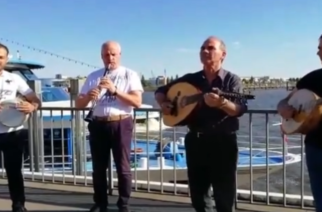 Video: Τα θρακιώτικα αντήχησαν στο περίφημο λιμάνι του Αμβούργου, απ' το συγκρότημα του Παναγιώτη Μπαρμπούδη
