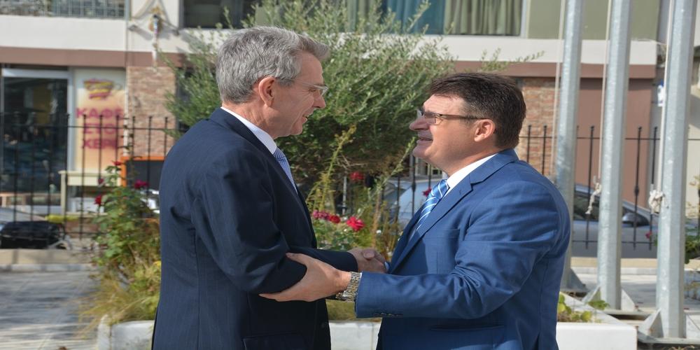 Αλεξανδρούπολη: Έστρωσαν κόκκινο χαλί στον Αμερικανό Πρέσβη και στην πολύπλευρη παρουσία των ΗΠΑ