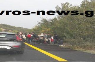 Λαθρομετανάστες προσπάθησαν ν' αποκλείσουν στη Μάνδρα την εθνική οδό (όπως στην Καβύλη), αλλά τους πρόλαβε η αστυνομία