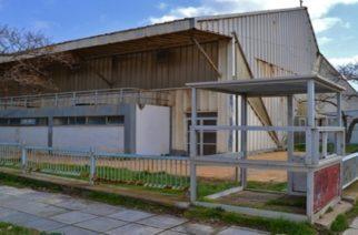 """Παλαιό Κολυμβητήριο – Λαμπάκης: Από """"Σπίτι της Γυμναστικής"""", πισίνα για ΑΜΕΑ και τώρα γήπεδα τένις"""