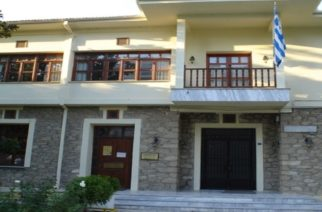 Αποσπασμένος στο γραφείο της βουλευτού ΣΥΡΙΖΑ Νατάσας Γκαρά, αλλά πληρώνεται υπερωρίες απ' τον δήμο Ορεστιάδας