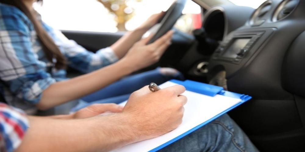 Ανατροπές: Δίπλωμα οδήγησης από τα 17, αλλαγές στον τρόπο εξέτασης