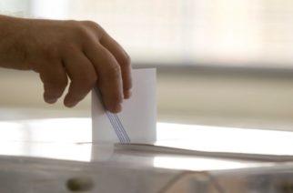 Πολίτης ρίχνει την ψήφο του στην κάλπη για τις Βουλευτικές Εκλογές 2015, στο 912ο Εκλογικό Τμήμα, στο 4ο Γυμνάσιο στο Αιγάλεω, Κυριακή 20 Σεπτεμβρίου 2015. Ομαλά και χωρίς ιδιαίτερα προβλήματα διεξάγεται από τις 7 το πρωί η εκλογική διαδικασία. Οι κάλπες κλείνουν στις 7 το απόγευμα, ενώ πρώτη ασφαλή εκτίμηση του αποτελέσματος θα έχουμε λίγο μετά τις 9 καθώς τότε υπολογίζεται ότι θα έχει καταμετρηθεί το 10% των ψήφων της επικράτειας. ΑΠΕ-ΜΠΕ/ΑΠΕ-ΜΠΕ/ΔΗΜΗΤΡΗΣ ΠΑΠΑΜΗΤΣΟΣ