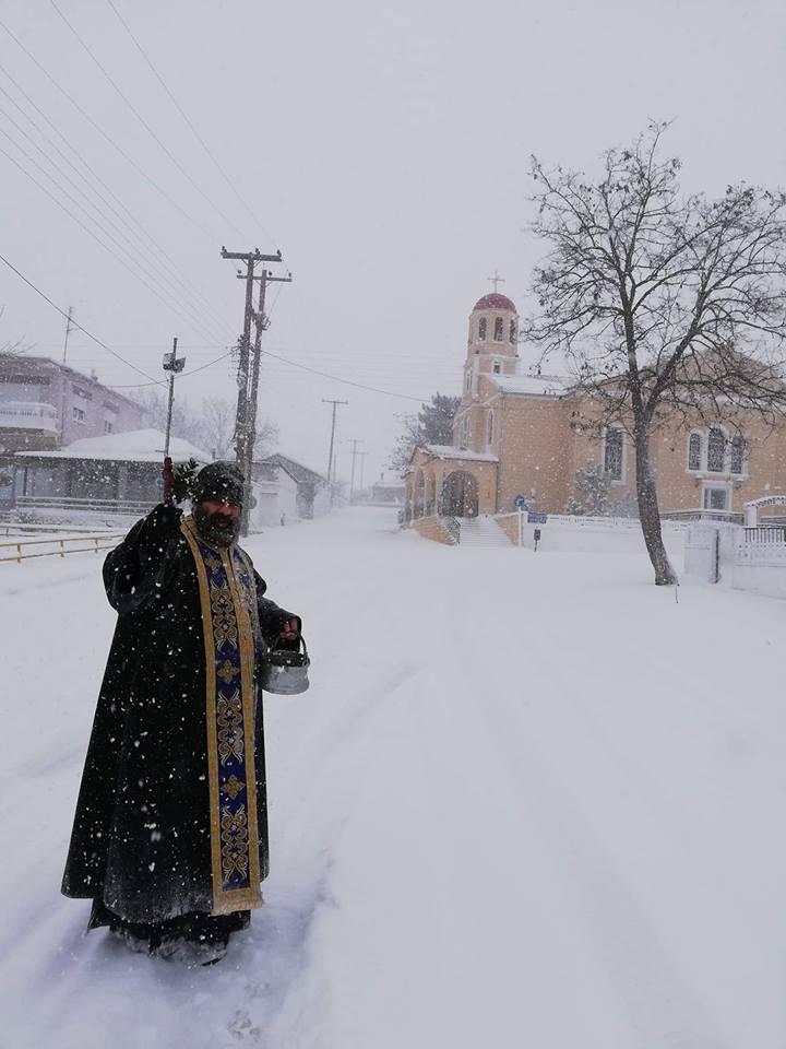 Ο ιερέας που αψηφώντας την χιονοθύελλα άγιασε τα σπίτια στο Ασημένιο Διδυμοτείχου