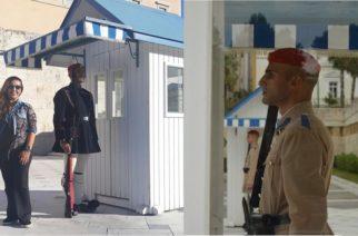 Η περηφάνεια της Εβρίτισσας μάνας για τον εύζωνα γιο της μπροστά στον Άγνωστο Στρατιώτη