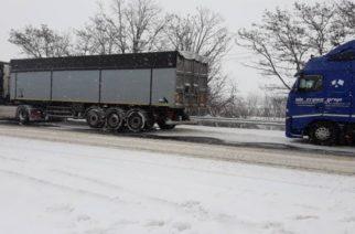 Νταλίκες ακινητοποιημένες στον κάθετο άξονα στην Μάνδρα Σουφλίου – Που απαγορεύθηκε η κυκλοφορία τον Έβρο