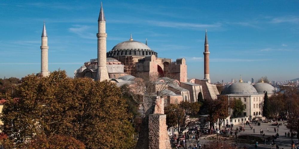 Συγκέντρωση έξω από την Αγία Σοφία από φανατικούς μουσουλμάνους, για να ανοίξει σαν τζαμί