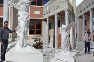 """Αλεξανδρούπολη: Πόλος έλξης το άγαλμα """"Νίκης της Σαμοθράκης"""" που τοποθετήθηκε στο Νομαρχείο"""