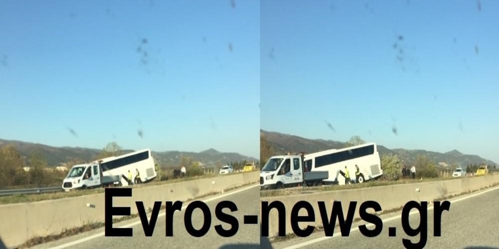 Ατύχημα με τουριστικό λεωφορείο στην Εγνατία οδό πριν λίγο (φωτό)